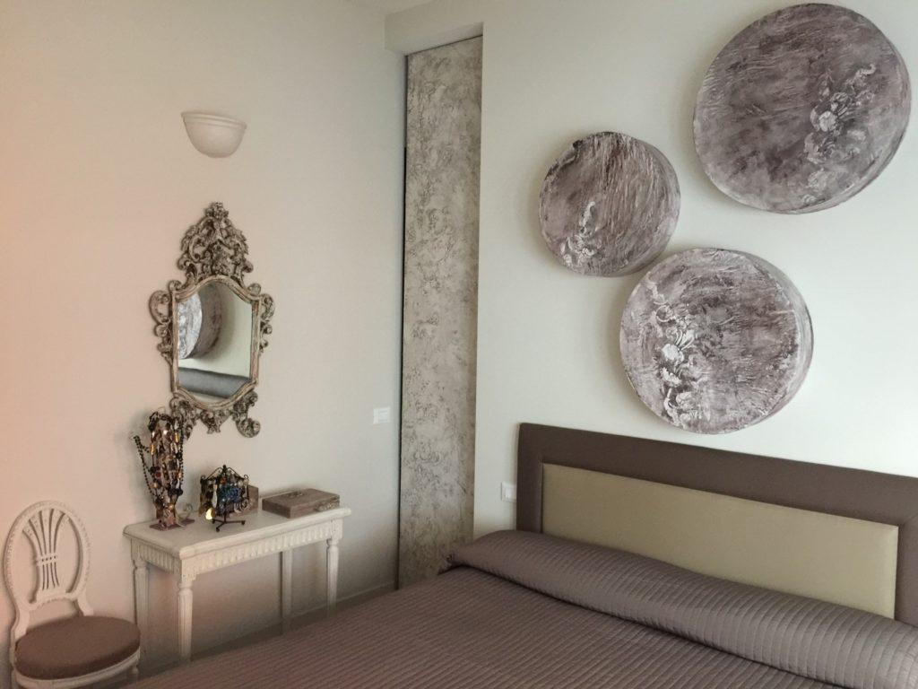 Arredare una piccola camera da letto toni neutri e luci - Parti del letto ...