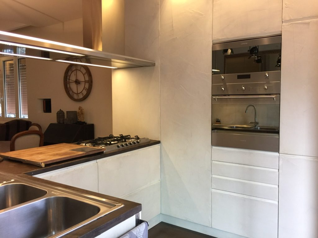 Rivestimento in resina bianco panna e marrone per una cucina open space parte seconda maria - Rivestimento cucina resina ...
